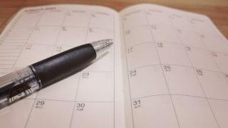 スケジュール手帳と黒ボールペン