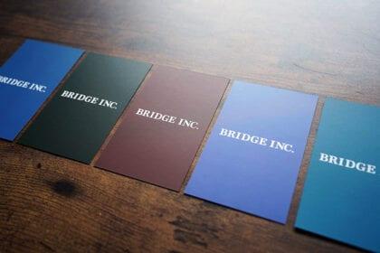 個人ごとに色が違うブリッジの名刺