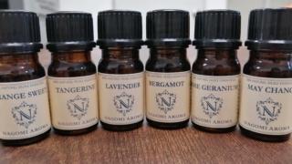 並んだ香水のミニ瓶を比較分析する